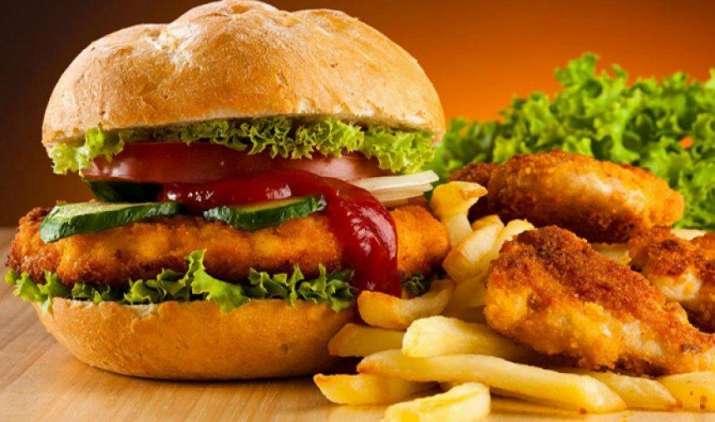 खाद्य नियामक का जंकफूड पर शिकंजा, समिति ने टैक्स लगाने और विज्ञापन बंद करने का दिया सुझाव- India TV Paisa