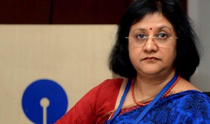 सहयोगी बैंकों के विलय से SBI में बढ़े कर्मचारी, चेयरपर्सन अरुंधति भट्टाचार्य ने कहा-इस साल कम होंगी भर्तियां- India TV Paisa