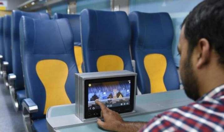 तेजस के पहले सफर के दौरान ही हेडफोन्स पर यात्रियों ने किए हाथ साफ, कई LED स्क्रीन्स पर भी लगे स्क्रैच- India TV Paisa