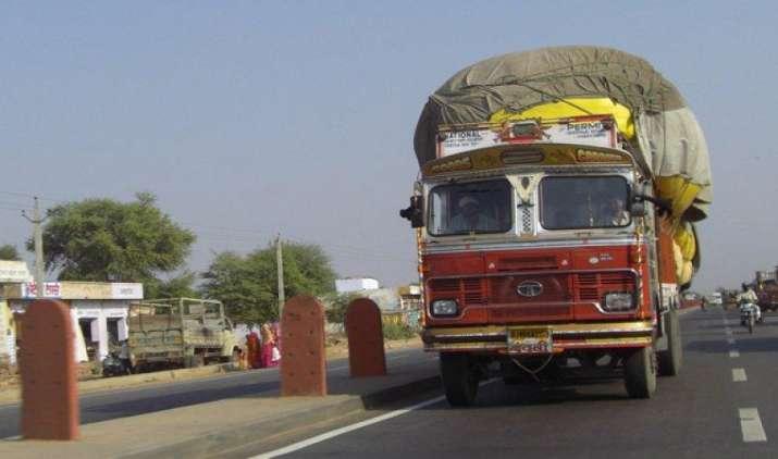GST के बाद ट्रकों ने पकड़ी रफ्तार, 30% ज्यादा रास्ता कर रह हैं तय- India TV Paisa