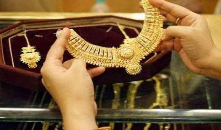 आभूषण निर्माताओं की खरीदी से सोने में आई तेजी, चांदी ने किया 41,000 रुपए का स्तर पार- India TV Paisa