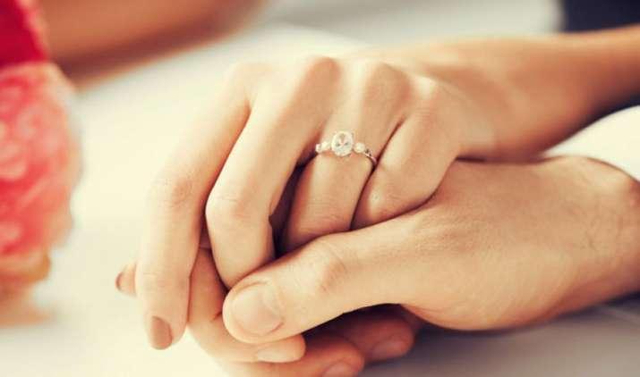 शादी की तैयारियों में भी बचत का मौका, इंगेजमेंट रिंग खरीदते वक्त रखें इन 7 बातों का ध्यान- India TV Paisa