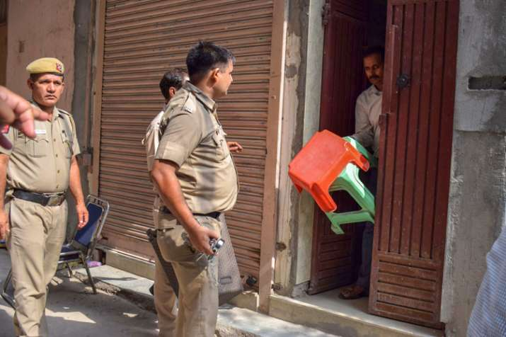 Delhi Police takes away the stools, which were supposed...- India TV
