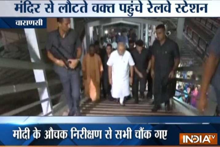 विश्वनाथ मंदिर में पूजा-अर्चना के बाद आधी रात को काशी की गलियों में घूमे पीएम मोदी- India TV