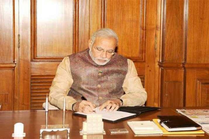 पीएम मोदी पत्र लिखते हुए। - India TV Paisa