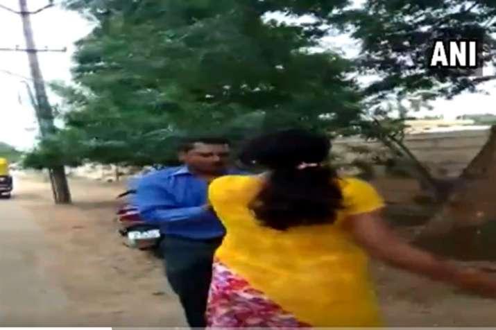 Bank Manager Thrashed- India TV Hindi