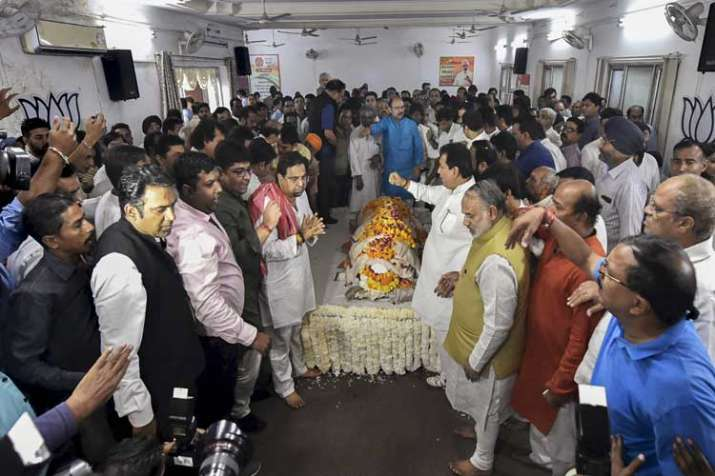 People pay their last respects to the mortal remains of...- India TV Hindi