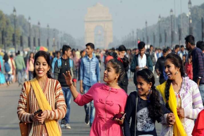 नववर्ष के जश्न के लिए इंडिया गेट पर उमड़े 75,000 से अधिक लोग, पब, मॉल, बाजार में भी भीड़- India TV
