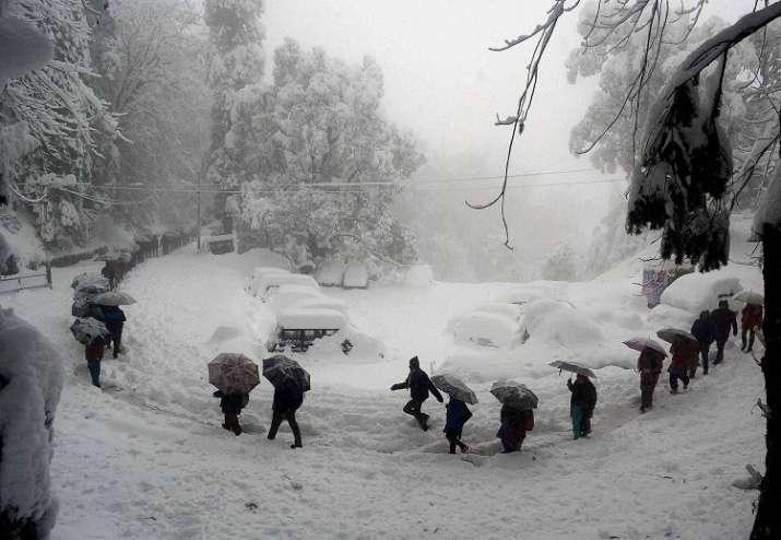 जम्मू एवं कश्मीर में भारी बर्फबारी, सड़क-मार्ग बंद, उड़ानें रद्द- India TV