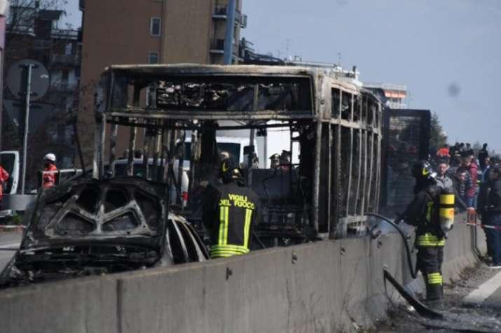 इटली में ड्राईवर ने स्कूल बस अगवा कर लगाई आग, बाल-बाल बचे 51 बच्चे- India TV Hindi