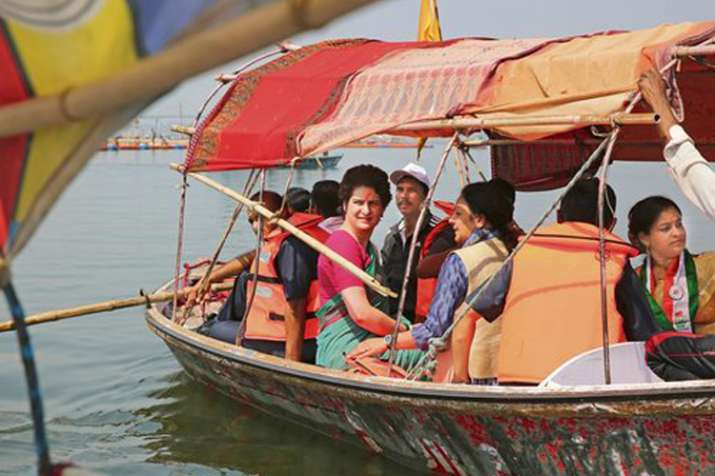 प्रियंका गांधी की बोट यात्रा का आज दूसरा दिन, वाराणसी पहुंचने से पहले काशी विश्वनाथ में प्रवेश पर वि- India TV