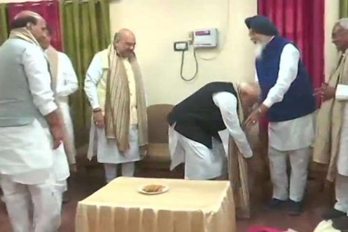 PM Narendra Modi touches feet of Parkash Singh Badal to seek his blessings before nominations| ANI- India TV Hindi