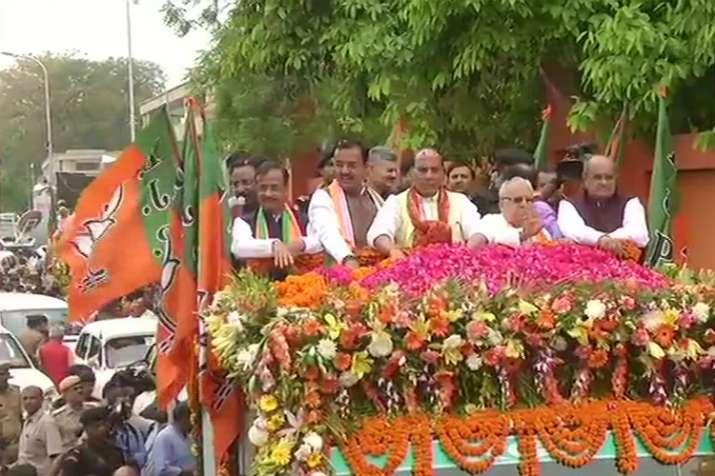 गृहमंत्री राजनाथ सिंह ने लखनऊ में रोड शो के बाद किया नामांकन- India TV