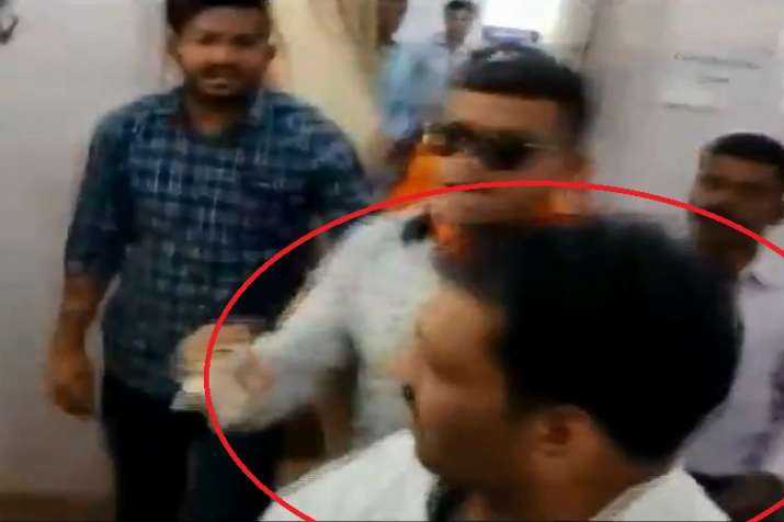 BJP worker beaten a youth alleged of showing black flags...- India TV Hindi