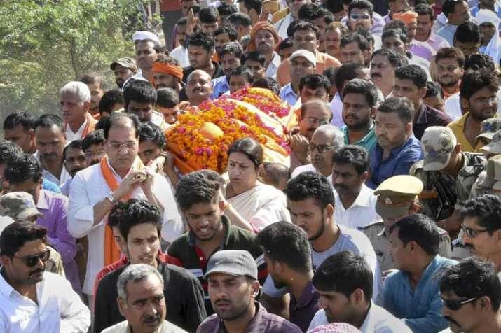 BJP MP Smriti Irani shoulders to the mortal remains of...- India TV