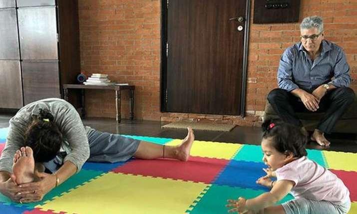 Soha Ali Khan's Daughter Inaaya performs yoga- India TV