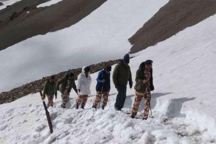 अपने साथी कर्मचारियों के साथ भारत-तिब्बत सीमा पुलिस के महानिदेशक एसएस देसवाल | India TV- India TV