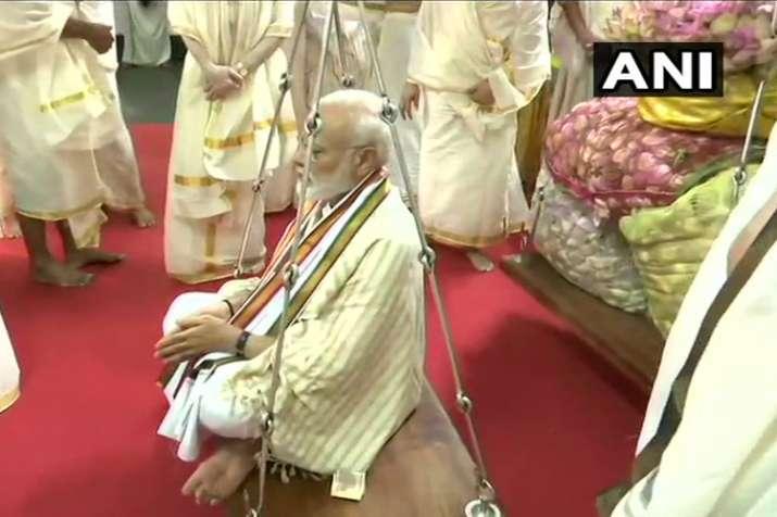 पीएम ने गुरुवयुर मंदिर में तुलाभरम रस्म की, मोदी को कमल के फूलों से तौला गया- India TV Hindi