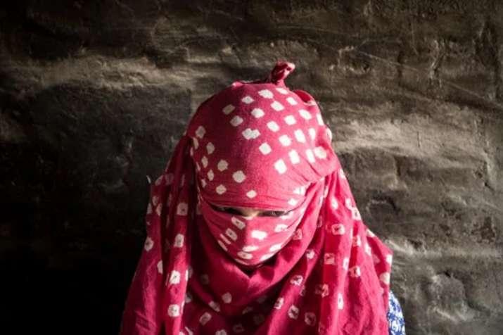 नाबालिग बेटी से बलात्कार के आरोप में पिता गिरफ्तार- India TV