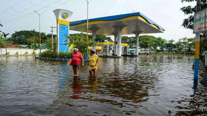 असम के कामरूप में एक पेट्रोल पंप बाढ़ के पानी में डूब गया