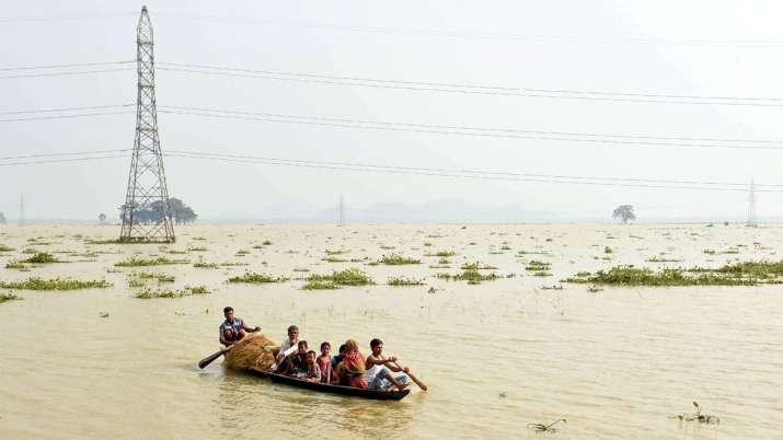 ये असम का मोरीगांव है जहां लोग बाढ़ से सुरक्षित ठिकानों की तलाश कर रहे हैं