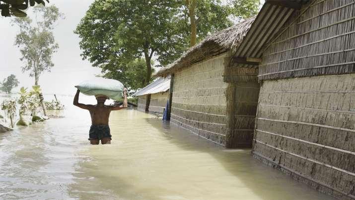 ये असम का मोरीगांव है जहां आम लोग जरूरत का सामान सिर पर ढो कर ला रहे हैं