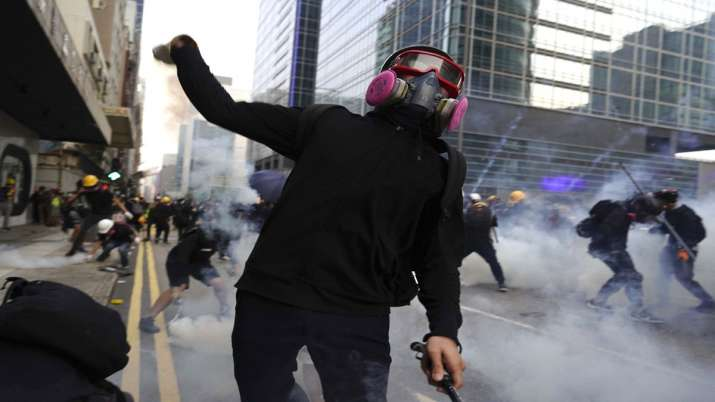 Hong Kong police fire tear gas in renewed clash with...- India TV Hindi