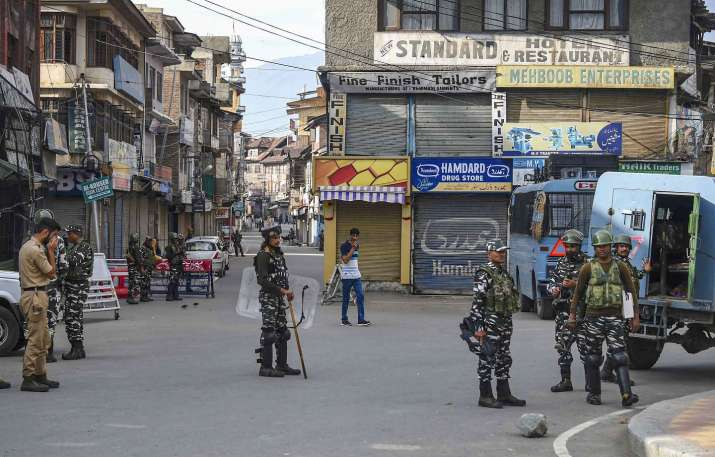 Security personnel stand guard during restrictions...- India TV Hindi
