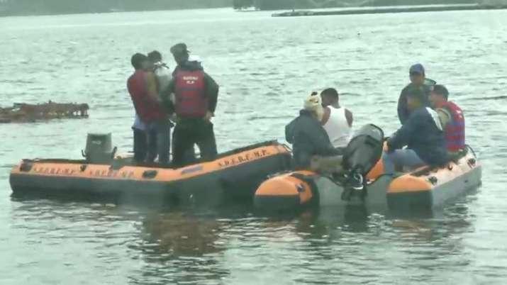 Boat capsizes during Ganpati Visarjan in Bhopal, 11 dead   ANI- India TV
