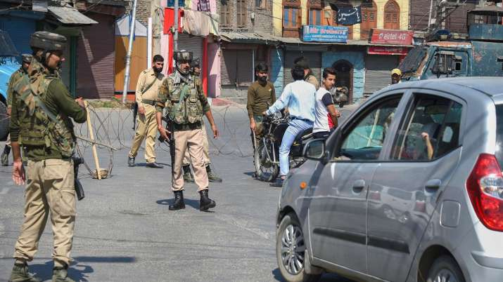 Security personnel divert traffic during curfew like restrictions in Srinagar.- India TV