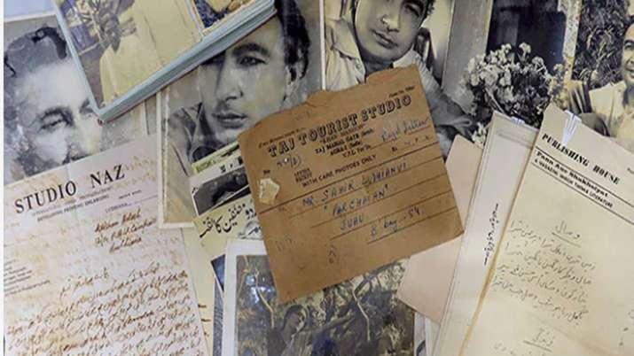 साहिर लुधियानवी के हाथों से लिखी बेशकीमती नज्में, खत और डायरियां कबाड़ में मिलीं!- India TV Hindi