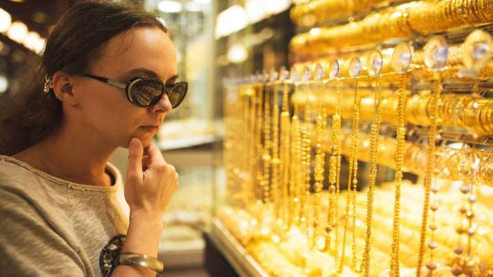 Gold declines Rs 166 on weak global trend- India TV Paisa