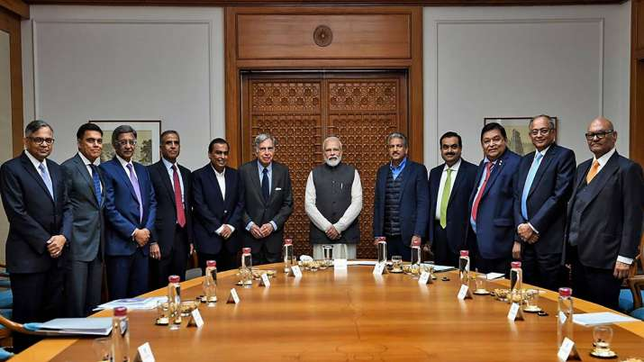 PM Narendra Modi poses for a group photo with leading business stalwarts to discuss ways to improve - India TV Paisa