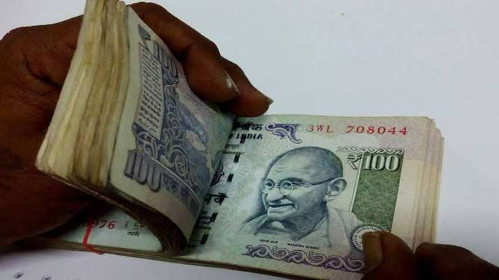 Rupee slides 22 paise to 3-week low on equity rout- India TV Paisa