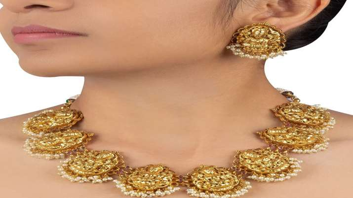 Gold prices gain Rs 52, silver jumps Rs 190- India TV Paisa