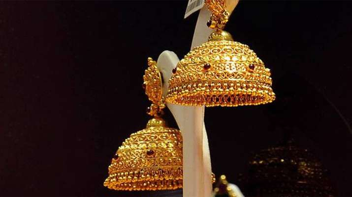 Gold prices rise Rs 111 on weak rupee, silver falls Rs 67- India TV Paisa