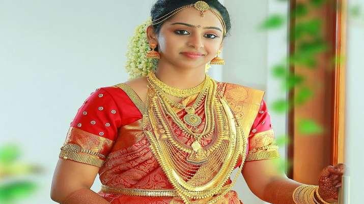 Gold slumps Rs 222 on weak global cues- India TV Paisa