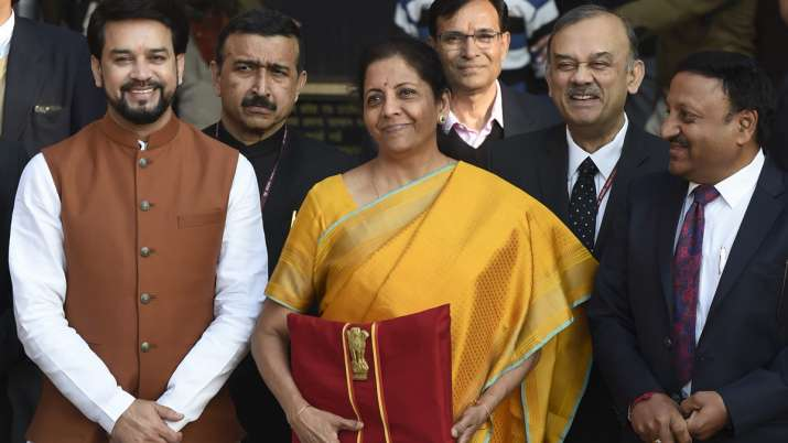 सीतारमण की पीली साड़ी ने खींचा सोशल मीडिया का ध्यान, लाल रंग के बस्ते में आम बजट- India TV Paisa