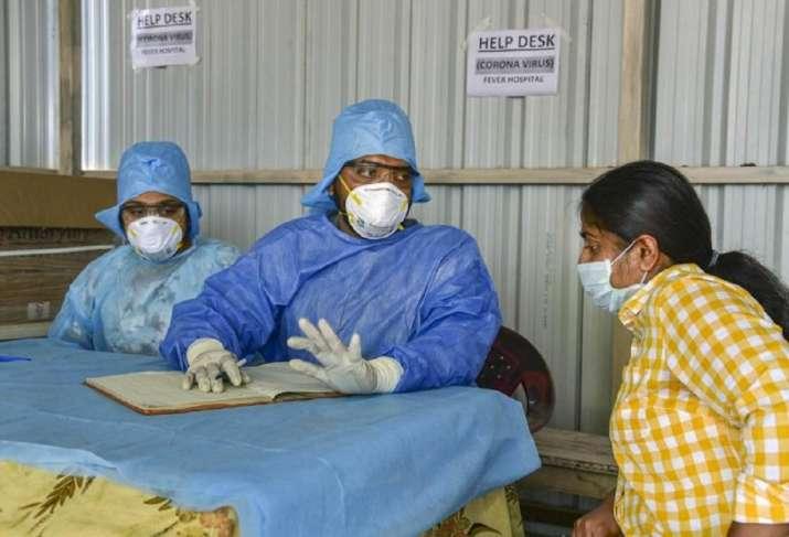 Coronavirus: सरकार ने तय की मास्क और हैंड सेनिटाइजर की कीमत, उल्लंघन करने वालों के खिलाफ होगी कार्रवाई