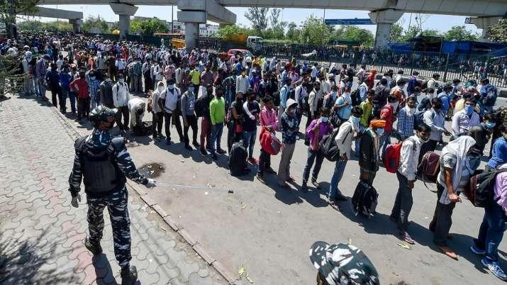 Lockdown: दिल्ली के चार अफसरों पर गिरी गाज, 2 सस्पेंड