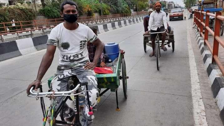 रिक्शा ठेली लेकर दिल्ली से बिहार निकले मजदूरी करने वाले लोग- India TV