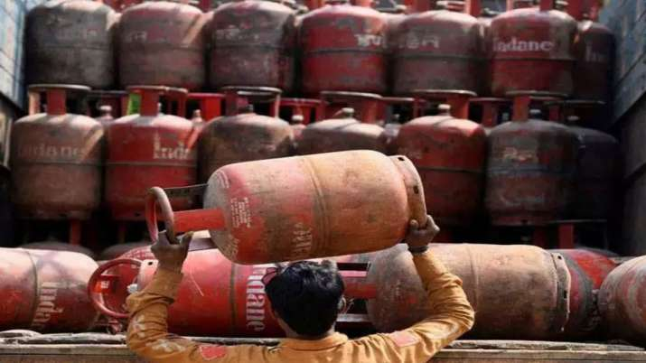 Subsidised LPG price hiked by Rs 35.55 in 5 months- India TV Paisa
