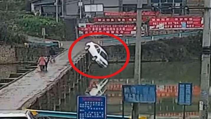 viral news on car crash in river- India TV