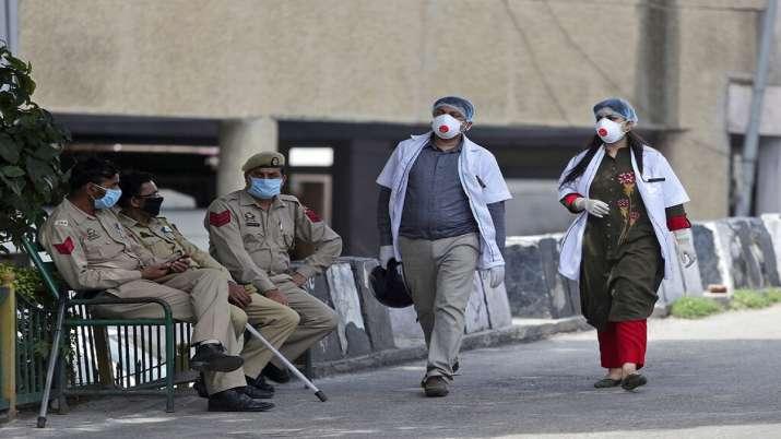 Photo of गाजियाबाद में लापरवाही: कोरोना की सूचना देने के 12 घंटों बाद भी नहीं पहुंचा प्रशासन, खुद अस्पताल पहुंचे डॉक्टर दंपत्ति