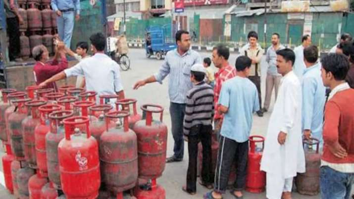 LPG cylinders price slashed by Rs. 61.50 in Delhi - India TV Paisa