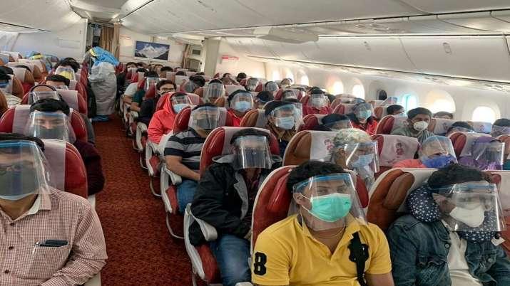 कुवैत में फंसे 240 भारतीयों को लेकर इंदौर पहुंचे दो विशेष विमान- India TV Hindi
