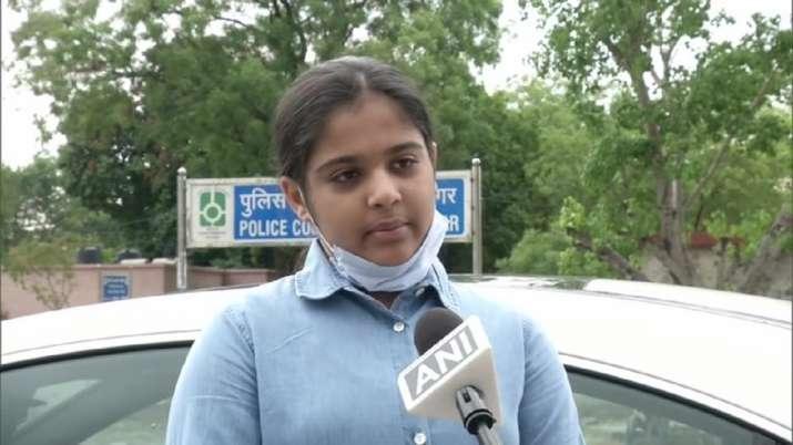 Photo of 12 साल की निहारिका ने पेश की अनोखी मिसाल, 3 मजदूरों को हवाई जहाज से भेजा घर