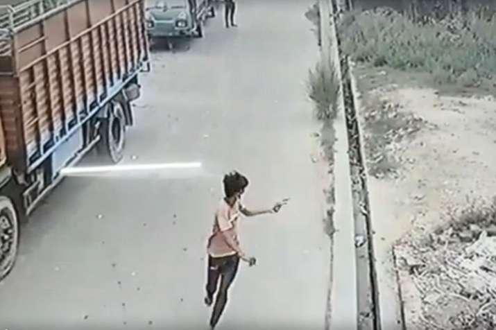 Photo of गोली चला रहे बदमाश का कॉन्स्टबेल ने डेढ़ किमी तक दिलेरी से किया पीछा, CCTV में कैद फायरिंग
