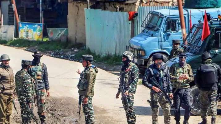 Photo of जम्मू-कश्मीर के कुलगाम में मुठभेड़ में हिज्बुल मुजाहिदन के 2 आतंकी मारे गए, जवान घायल