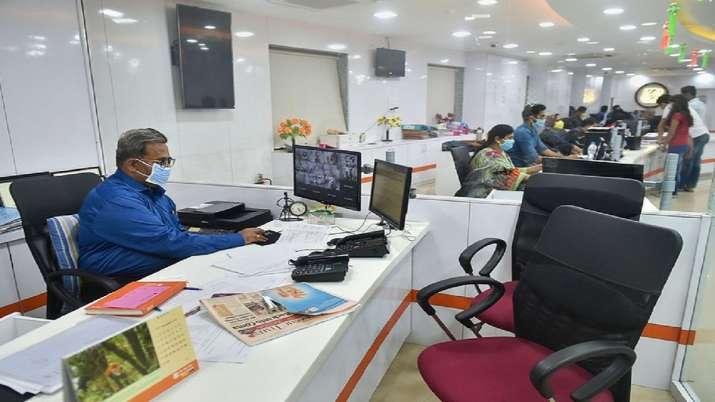एक सरकारी बैंक में काम करता हुआ अधिकारी। - India TV Paisa